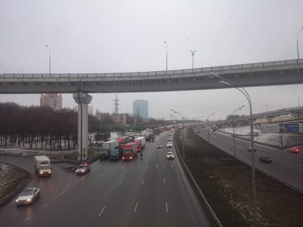 Дальнобойщики частично перекрыли МКАД - Новости радио OnAir.ru
